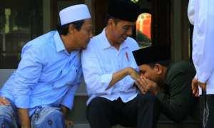 Santri Ponpes Tremas, mencium tangan Presiden Jokowi saat berkunjung ke Ponpes Tremas di Desa Tremas, Arjosari, Pacitan, Sabtu (9/12/2017) sore . (Abdul Jalil/JIBI/Madiunpos.com)