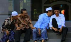 Presiden Jokowi bersama pimpinan Ponpes Tremas, Kiai Fuad Habibi Dimyathi (mengenakan baju biru) di Pompes Desa Tremas, Arjosari, Pacitan, Sabtu (9/12/2017) sore. (Abdul Jalil/JIBI/Madiunpos.com)