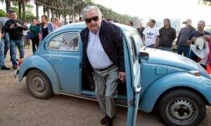 Jose Mujica turun dari Volkswagen tua, harta satu-satunya pada tahun 2010 (cbc.ca)