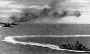 Kapal Jepang (kanan) membombardir dua kapal milik Inggris HMS Prince of Wales dan HMS Repulse (kiri) di perairan dekat Semenanjung Malaya, 1941. (Wikimedia.org)