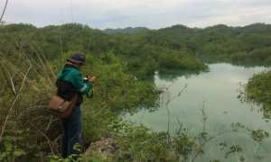 Salah seorang warga mengambil gambar lahan tergenang di Gunungkidul akhir November 2017. (Irwan A. Syambudi/JIBI/Harian Jogja)