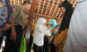 Menteri Sosial Khofifah Indar Parawansa saat mengunjungi korban bencana alam di Balai Desa Kebonagung, Kecamatan Imogiri pada Sabtu (2/12/2017). (Rheisnayu Cyntara/JIBI/Harian Jogja)