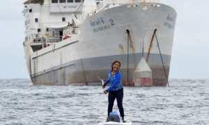 Menteri Susi mendayung papan selancar di depan Kapal Silver Sea 2 (Instagram)