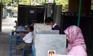 Warga menggunakan hak pilihnya dalam pencoblosan pilkades di TPS 013, Perumahan Margosari, Puro, Karangmalang, Sragen, Rabu (6/12/2017). (Tri Rahayu/JIBI/Solopos)