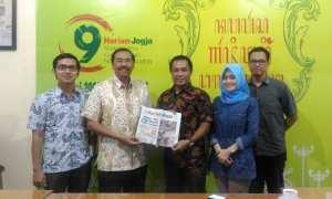 Sekretaris YPA-MDR Kristanto (dua kiri) dan Pemimpin Redaksi Harian Jogja Anton Wahyu Prihartono (tiga kanan) berfoto bersama di Griya Harian Jogja,Jogja, Jumat (15/12/2017). (Harian Jogja/Kusnul Isti Qomah)