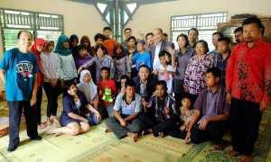Harper Mangkubumi memberikan santunan kepada Yayasan Kristen Panti Asih Pakem di jalanKaliurangKm 21 Desa Hargobinangun, 22 Desember 2017. (IST/Dok Harper Mangkubumi)