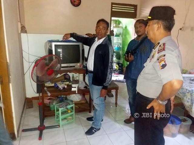 Kapolsek Kedawung AKP Bambang Susilo (kanan) memeriksa rumah milik Sukiman di Dukuh Sono RT 021, Desa/Kecamatan Kedawung, Sragen, Senin (4/12/2017). (Istimewa/Polres Sragen)