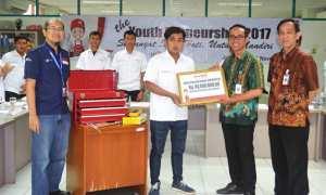 Peserta AHM The Youthpreneurship 2017 mendapat bantuan alat-alat bengkel senilai Rp86 juta (astra-honda.com)