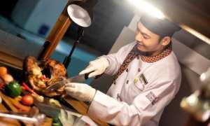 Chef Pesonna Tugu Yogyakarta menyiapkan sajian roasted duck. Menu spesial ini akan hadir pada makan malam pergantian tahun di hotel tersebut. (IST/Dok Pesonna Tugu Yogyakarta)