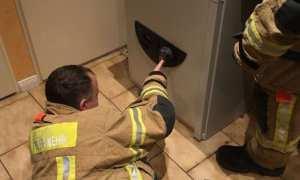 Petugas pemadam kebakaran berusaha memasukan kode brankas (Sky News)