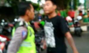 Pria berkaus hitam menantang polisi Satlantas Polres Jepara (Instagram)