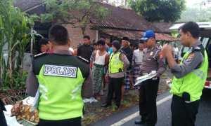 Petugas dari Polsek Panjatan melakukan olah tempat kejadian perkara terhadap kasus kecelakaan lalu lintas di di ruas Jalan Jalur Lingkar Selatan (JJLS), tepatnya wilayah Dusun II, Desa Pleret, Kecamatan Panjatan, Kulonprogo, Jumat (29/12/2017) pagi. (Istimewa/Polsek Panjatan)