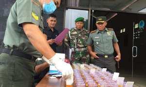 Petugas memeriksa sejumlah sampel urine dari anggota Komando distrik militer (Kodim) 0730 Gunungkidul, Senin (11/12/2017). (JIBI/Irwan A. Syambudi)