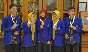 Tim mahasiswa UNY masing-masing mengangkat medali yang diperolehnya dalam ajang International Invention and Innovative Competition (InIIC) seri kedua 2017. (IST/Dok UNY)