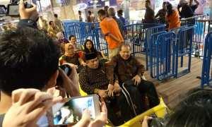 Bupati Sukoharjo, Wardoyo Wijaya dan Chairul Tanjung naik roller coaster saat pembukaan Transmart Pabelan, Kartasura, Sukoharjo, Jumat (1/12/2017). (Iskandar/JIBI/Solopos)