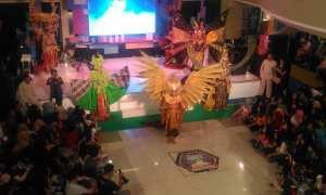Asmat Pro menampilkan fashion carnaval pada acara puncak ulang tahun Galeria Mall ke-22, Minggu (10/12/2017). (Harian Jogja/Bernadheta Dian Saraswati)