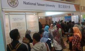 engunjung yang didominasi mahasiswa memadati stan pameran pendidikan tinggi Taiwan di UMY, Kamis (14/12/2017). (Harian Jogja/Sunartono)