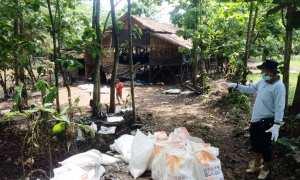 Staf Pemerintah Desa Pacarejo Mursono saat ikut dalam upaya menghilangkan bau dari bangkai ayam yang berada di salah satu kandang di Dusun Kuwon Kidul, Pacarejo, Semanu, Minggu (3/12/2017). (Harian Jogja/David Kurniawan)