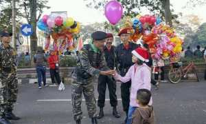 Anggota Banser yang turut mengamankan perayaan Hari Natal di Lapangan Pancasila, Kota Salatiga, Jateng, Senin (25/12/2017). (Facebook.com-Haidar Akbar)