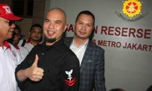 Ahmad Dhani (tengah), didampingi penasehat hukumnya Ali Lubis (kanan) di Polres Jakarta Selatan, Jakarta, Kamis (30/11/2017). (JIBI/Antara/Reno Esnir)