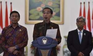 Presiden Jokowi didampingi Menkopolhukam Wiranto (kiri) dan Wakil Menteri Luar Negeri AM Fachir (kanan) di Istana Kepresidenan Bogor, Jawa Barat, Kamis (7/12/2017). (JIBI/Antara/Puspa Perwitasari)