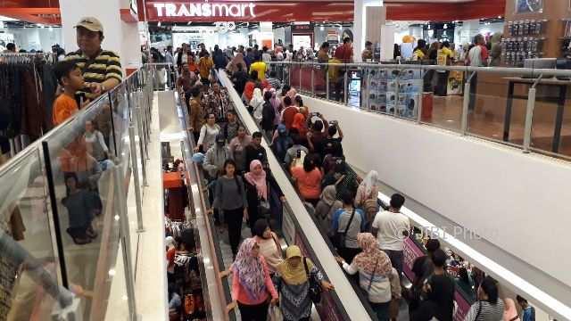Pantauan kepadatan pengujung Transmart Pabelan sesaat setelah peresmian. (Nicolous Irawan/JIBI/Solopos)