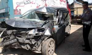Penyidik Satlantas Polres Sragen menunjukkan kondisi mobil Honda Freed yang ringsek di Mapolres Sragen, Kamis (7/12/2017). Mobil itu mengalami kecelakaan lalu lintas dijalan Solo-Sragen, Desa Duyungan, Sidoharjo, Sragen, Sabtu (2/12/2017) lalu. (Tri Rahayu/JIBI/Solopos)