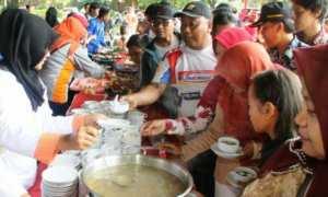 Masyarakat antre berbagai makanan olahan ikan pada Peringatan Ke-4 Hari Ikan Nasional yang dilaksanakan di halaman Kantor Gubernur Jawa Tengah, Minggu (3/12/2017). (JIBI/Solopos/Antara/Istimewa-Humas dan Protokoler Setda Provinsi Jawa Tengah)