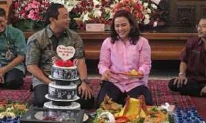 Wali Kota Semarang Hendrar Prihadi (kedua dari kiri) bersama Krisseptiana (kedua dari kanan) merayakan ulang tahun ke-20 pernikahan mereka, Selasa (5/12/2017). (Instagram-@hendrarprihadi)