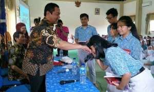 Seorang siswa di SMP Negeri 21 Semarang mencium tangan Wali Kota Semarang Hendar Prihadi yang berkunjung ke sekolahan tersebut, Kamis (30/11/2017) pagi. (Semarangkota.go.id)