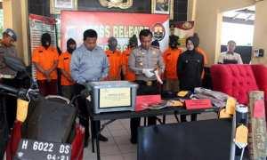 Kapolres Sragen AKBP Arif Budiman (tengah) menggelar perkara kasus tindak pidana yang ditangani Polres Sragen selama tiga bulan terakhir di Mapolres Sragen, Kamis (7/12/2017). (Tri Rahayu/JIBI/Solopos)