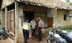Aparat Polsek Sidorejo mendatangi rumah Pramono di Kampung Soka, RT 009/RW 007, Kelurahan Salatiga, Kecamatan Sidorejo, Kota Salatiga, Jateng, Kamis (14/12/2017). (Facebook.com-Polres Salatiga)