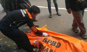 Proses evakuasi jasad Indra, korban kecelakaan di Jl. Jenderal Pol Anton Sujarwo, Srondol Kulon, Kecamatan Banyumanik, Kota Semarang, Jateng, Rabu (6/12/2017). (Facebook.com-Budi Sulistiyanto)