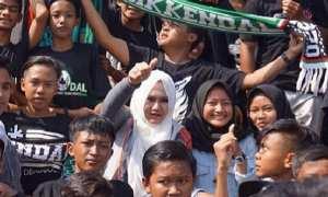 Bupati Kendal Mirna Annisa (berkerudung putih) memberikan dukungan langsung kepada Persik Kendal kala melawan Maung Anom Bandung di Stadion Kebondalem, Kendal, Jateng, Minggu (3/12/2017). (Instagram-@dr.mirnaannisa)