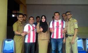 Bupati Kendal Mirna Annisa (tengah) bersama perwakilan dari Deltras Sidoarjo dan Pemkab Kendal. (Instagram-@dr.mirnaannisa)