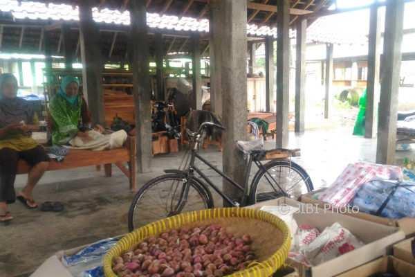 Para pedagang di Pasar Rogobangsan memilih meninggalkan lapaknya untuk duduk dan bercengkerama bersama karena pasar sepi, Selasa (28/11/2017). (Bernadheta Dian Saraswati/JIBI/Harian Jogja)