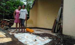 Warga berada di salah satu titik tanah amblas, di kediaman Makrina Dusun Tegalsari, Desa Purwosari, Senin (18/12/2017). (Uli Febriarni/JIBI/Harian Jogja)