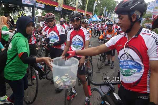 Para pegowes Tour De Menoreh berpartisipasi dalam aksi penggalangan dana untuk membantu korban bencana alam sebelum memulai perjalanan di Alun-alun Wates, Kulonprogo, Sabtu (2/12/2017). (Rima Sekarani I. N/JIBI/Harian Jogja)