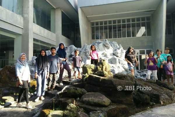 Pengunjung MGM menikmati simulasi goncangan gempa Gunung Merapi. (Abdul Hamied Razak/JIBI/Harian Jogja)