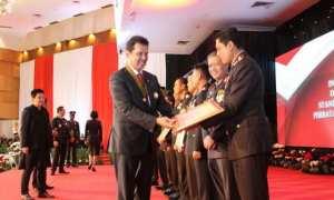 Kapolresta Solo AKBP Ribut Hari Wibowo (kanan) menerima penghargaan dari Mabes Polri di Auditorium Perguruan Tinggi Ilmu Kepolisian (PTIK), Jakarta Selatan, Rabu (13/12/2017). (Istimewa/Humas Polresta Solo)