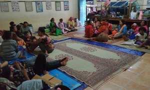 Sejumlah anak bersama orang dewasa mengungsi di salah satu kelas SDN 1 Dlepih, Tirtomoyo, Wonogiri, belum lama ini. (Rudi Hartono/JIBI/Solopos)