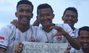 Para pemain Persik Kendal merayakan gol kala melawan Pes Pessel Sumbar di Stadion Kebondalem, Kabupaten Kendal, Jateng, Kamis (7/12/2017) sore. (Instagram-@dr.mirnaannisa)