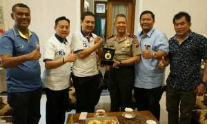 Kapolda Jateng Irjen Condro Kirono (ketiga dari kanan) saat ditemui perwakilan PSIS Semarang di Mapolda Jateng, Jl. Pahlawan, Kota Semarang, Jateng, Jumat (1/12/2017) siang. (Instagram-@psisfcofficial)