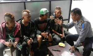 Sejumlah anak muda bergaya punk mendapatkan pembianaan dari aparat Polres Salatiga, Jumat (29/12/2017). (Facebook.com-Polres Salatiga)