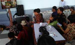 Sejumlah wartawan melihat prosesi ijab qobul anak Mensesneg Pratikno melalui LCD TV saat acara berlangsung di Jogja Expo Center, Jumat (29/12/2017). (Gigih M Hanafi/JIBI/Harian Jogja)
