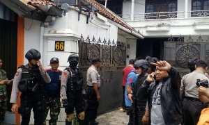 Anggota Polresta Solo mengamankan rumah yang diduga dijadikan tempat pembuatan pil PCC di Kampung Cinderejo Lor, Gilingan, Banjarsari, Solo, Minggu (3/12/2017). (Muhammad Ismail/JIBI/Solopos)