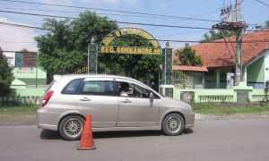 Mobil melintas di depan SDN 1 Plesungan, Kecamatan Gondangrejo, Karanganyar, Jumat (15/12/2017). (Ponco Suseno/JIBI/Solopos)