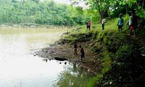 Sejumlah warga sedang mengamati lubang misterius yang membuat debit air Telaga Boromo menyusut hingga 1/3 bagian. Jumat (1/12/2017). (David Kurniawan/JIBI/Harian Jogja)