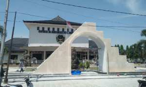 Tugu Demokrasi yang ada di depan Kantor DPRD Kabupaten Madiun dianggap mirip simbol Freemason. Foto diambil Kamis (7/12/2017) siang. (Abdul Jalil/JIBI/Madiunpos.com)