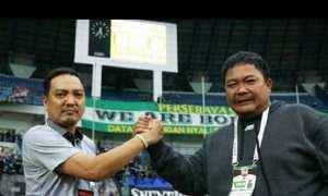CEO PSIS Semarang Yoyok Sukawi dan General Manager PSIS Semarang Wahyu Liluk Winarto menangis setelah PSIS Semarang menyabet gelar juara III Liga 2. (Instagram-@psisfcofficial)